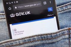 gov Web site britânico indicado no smartphone escondido no bolso das calças de brim imagens de stock royalty free