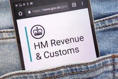 gov Web site britânico indicado no smartphone escondido no bolso das calças de brim fotografia de stock royalty free