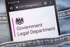 gov Web site britânico indicado no smartphone escondido no bolso das calças de brim foto de stock royalty free