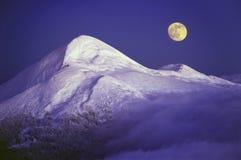 Goverla和月亮 免版税库存图片