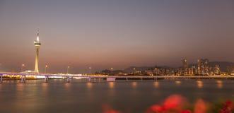 Governador Nobre de Carvalho Bridge och Macao står högt på solnedgångtid Royaltyfri Foto