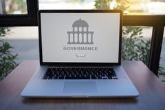 GOVERNANÇA e construção, sagacidade de computação do portátil do computador da autoridade fotos de stock