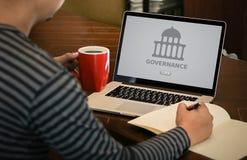 GOVERNANÇA e construção, sagacidade de computação do portátil do computador da autoridade imagem de stock royalty free