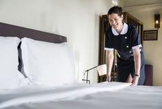 Governante che pulisce una camera di albergo immagini stock libere da diritti