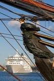 Governante sem poder velho dos navios e cruiseship moderno. Imagens de Stock