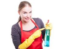 Governante sorridente graziosa con lo spruzzo di pulizia Fotografie Stock Libere da Diritti