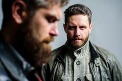 Governare della barba e del barbiere Uomini maschili con la barba ben curato Mascolinit? ed aspetto brutale Punte maschii di cura fotografia stock
