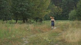 Governare l'adolescente della ragazza in vestito sulla strada campestre archivi video