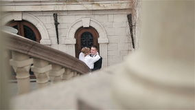 Governi gli abbracci e baci la sua sposa stock footage
