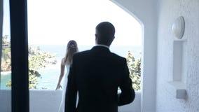 Governi gli approcci la sposa sul balcone dell'hotel sulla costa di mare archivi video