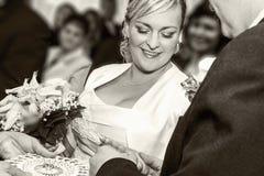 Governi Happy che mette l'anello sul dito della sposa graziosa sorridente della donna Fotografia Stock
