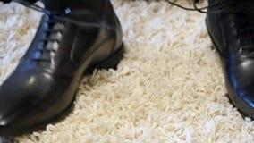 Governi i laccetti del legame sulle scarpe nere a casa prima della visita della sposa L'uomo prepara prima i vestiti alla moda pe video d archivio