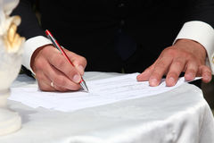Governi i segni un accordo circa l'unione di nozze Immagine Stock Libera da Diritti