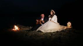 Governi il gioco della chitarra nella notte a fuoco di accampamento archivi video