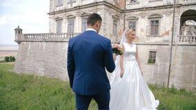 Governi il mazzo della sposa di elasticità dei fiori di nozze vicino al castello video d archivio