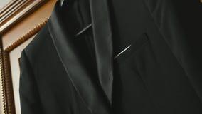 Governi il vestito del ` s che appende sulla struttura di porta archivi video