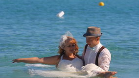 Governi la sposa della tenuta nelle sue armi dal mare video d archivio