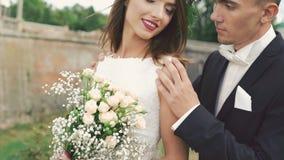 Governi la venuta alla sposa con il sorriso ed il contatto lei 4K video d archivio