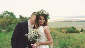 Governi la venuta alla sposa, odorare i suoi capelli ed il flirt 4K stock footage