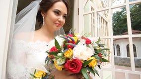 Governi le elasticità la sposa un bello mazzo di nozze video d archivio