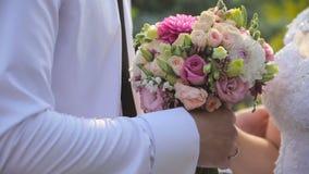 Governi le elasticità la sposa un bello mazzo di nozze stock footage