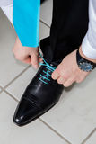 Governi le scarpe d'uso sul giorno delle nozze, legante i pizzi Fotografia Stock Libera da Diritti