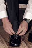 Governi le scarpe d'uso sul giorno delle nozze, legante i pizzi Fotografia Stock