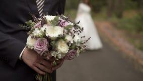 Governi restare con i fiori, sposa che circonda sul fondo stock footage