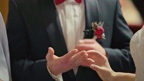 Governi Wears Wedding Ring su cerimonia della sposa della mano del ` s della donna stock footage