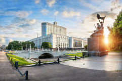 Government House in Moscow. Humpbacked Bridge and a monument to the heroes-combatants on a summer sunny evening royalty free stock photos