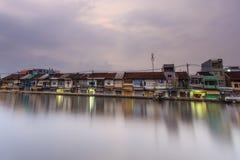 GOVERNO DA NIGÉRIA DE SAI, VIETNAM 4 DE MAIO DE 2015: cidade antiga do beira-rio com o barco de casa em Ben Binh Dong, Saigon, Vi Fotografia de Stock Royalty Free