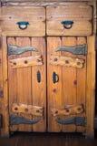 Governo di legno solido antico con le porte ed i cassetti Il metallo nero ha forgiato i montaggi Immagini Stock
