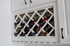 Governo incorporato bianco dello scaffale del vino Fotografia Stock