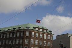 GOVERNONRMENT SOM BYGGER FLAGGAN FÖR S_GOOD FREDAG PÅ DEN HALVA MASTEN Arkivfoto