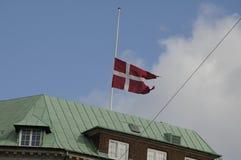 GOVERNONRMENT SOM BYGGER FLAGGAN FÖR S_GOOD FREDAG PÅ DEN HALVA MASTEN Arkivbilder