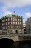 GOVERNONRMENT SOM BYGGER FLAGGAN FÖR S_GOOD FREDAG PÅ DEN HALVA MASTEN Royaltyfria Foton