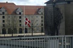 GOVERNONRMENT SOM BYGGER FLAGGAN FÖR S_GOOD FREDAG PÅ DEN HALVA MASTEN Royaltyfri Foto