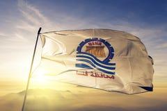 Governorate de Qena du tissu de tissu de textile de drapeau de l'Egypte ondulant sur le brouillard supérieur de brume de lever de photos libres de droits