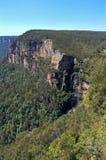 Govetts hoppar utkik i blåa berg Royaltyfri Bild