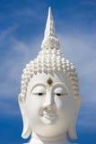 Głowa biały Buddha przeciw niebieskiemu niebu Zdjęcia Royalty Free