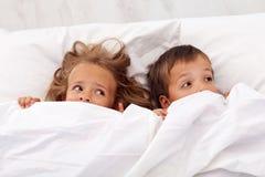 głowa przestraszeni dzieciaki ciągnący kołderkę ich Zdjęcia Stock