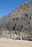 攀登岩石三峭壁海湾的登山人Gower威尔士英国 库存照片