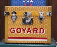 Goyard ask med låset i Paris Arkivbilder