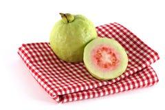 Goyave rose fraîche d'Apple sur un tissu de table Checkered Photo stock