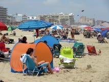 Gozando de la playa en julio Fotografía de archivo
