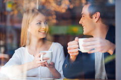 Gozando del café fresco junto Foto de archivo