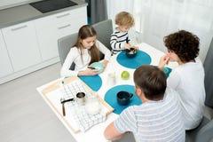 Gozando del desayuno en casa Fotografía de archivo libre de regalías