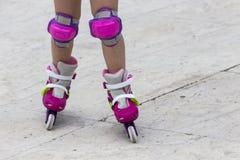 Gozando del patinaje sobre ruedas rollerblading en patines en línea diviértase adentro Fotografía de archivo libre de regalías
