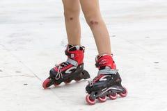 Gozando del patinaje sobre ruedas rollerblading en patines en línea diviértase adentro Imagen de archivo libre de regalías