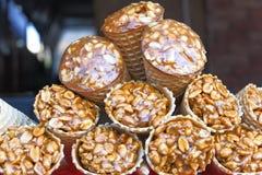 Gozinaky Kandierte gebratene Muttern Honigstangen mit Erdnüssen, indischem Sesam und Sonnenblumensamen, Nahaufnahme stockfoto